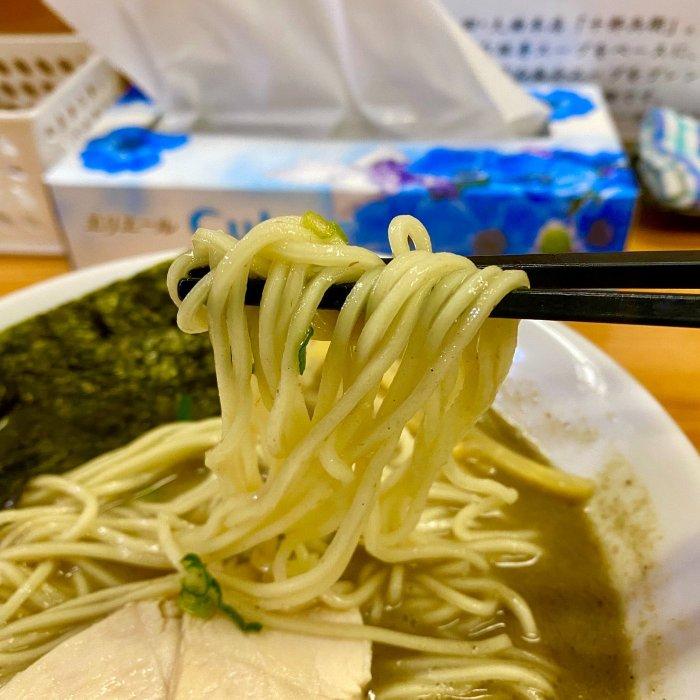 スープと相性抜群の細麺